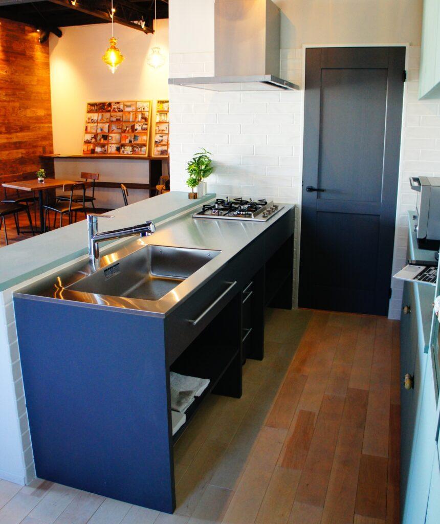 ステンレス天板のシンプルキッチン【HAGS GATE KITCHEN】・設置例1